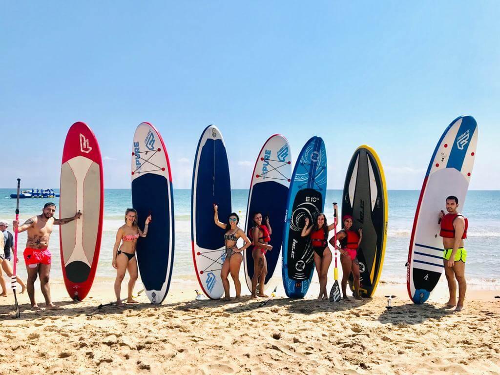 Posando con la tabla de paddle Surf