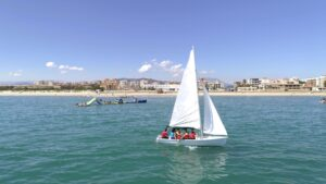 Una sesion de vela ligera en Garbi Watersports playa de piles